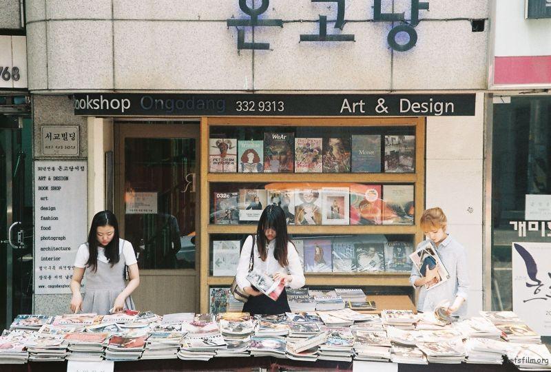 拍摄于2015年6月南韩,Nikon F60 拍摄 首尔市某处二手杂志摊