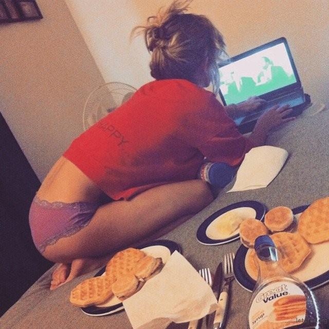在家里一边看影集还要在床上摆满食物,能一边盯着屏幕又能随手把东西塞入嘴里的感觉超幸福