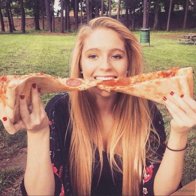 去野餐当然要带一大盒披萨去草地上吃