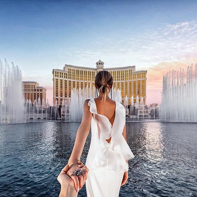 Las Vagas著名的Bellagio饭店的喷泉前