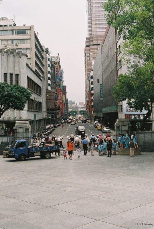 你说这里是最台湾的地方。我仰头看这栋建筑,和那座雕塑拍照