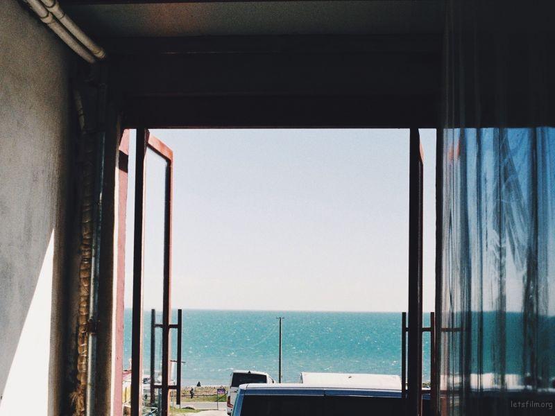面朝湖的门