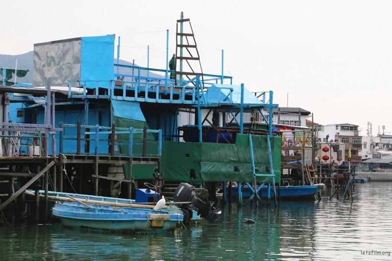渔民一年四季以捕鱼为生,乘船环游整个渔村,有东方威尼斯之感。