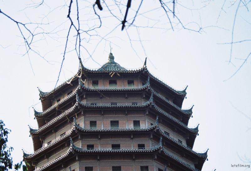 六和塔,屹立于钱塘江畔,几十年来,经历了风风雨雨,目睹了钱塘江畔的时代变迁