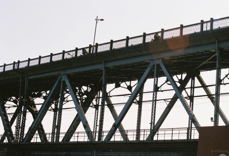 江边列车轨道,仰望摄