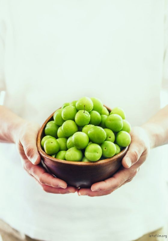 green-plums-in-a-bowl-750x1073