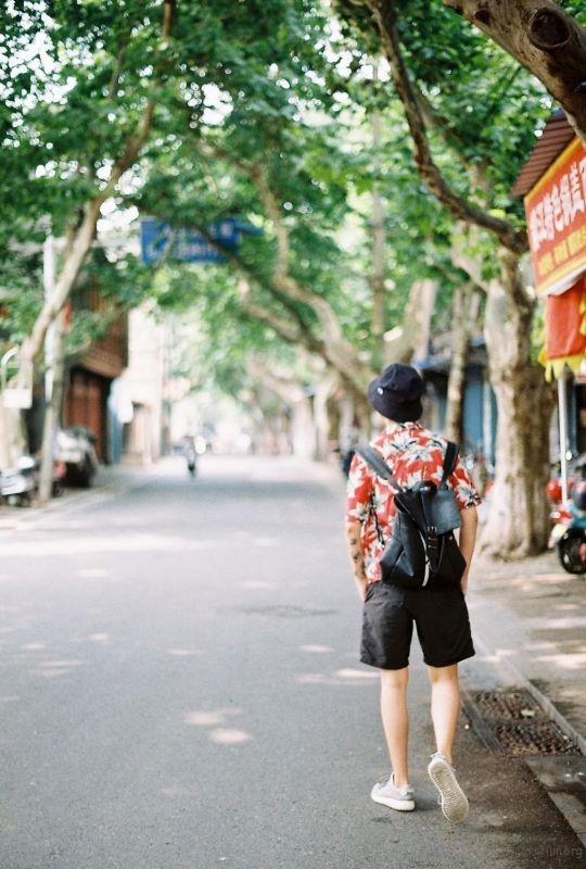 走在树荫下的老街/