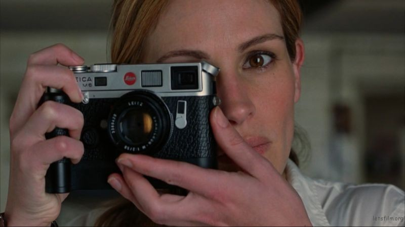 Julia Roberts shooting Natalie Portman with a chrome Leica M6 TTL and 50mm Summicron