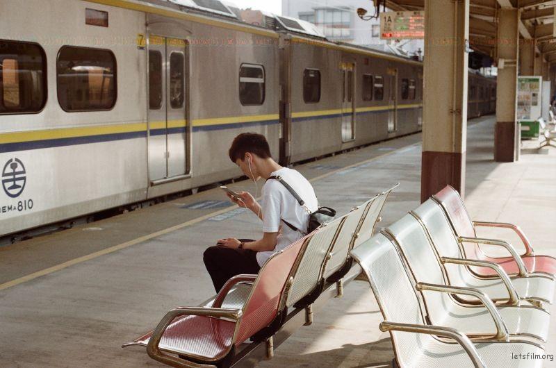 树林火车站的男孩