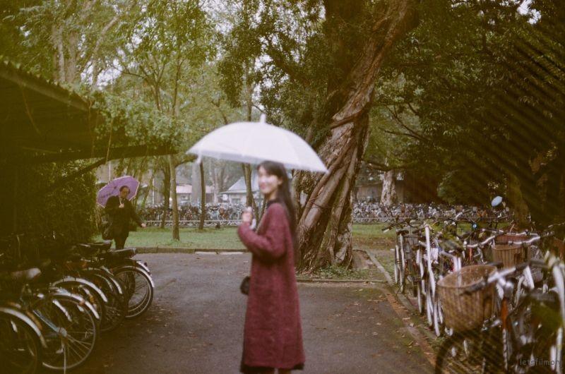 撑伞的女生