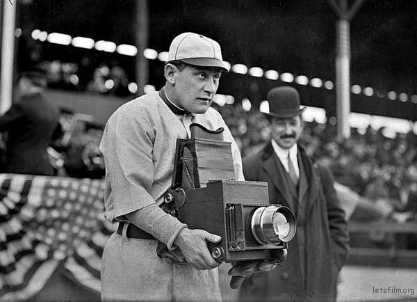 那个年代的人们都是扛着相机去拍照的