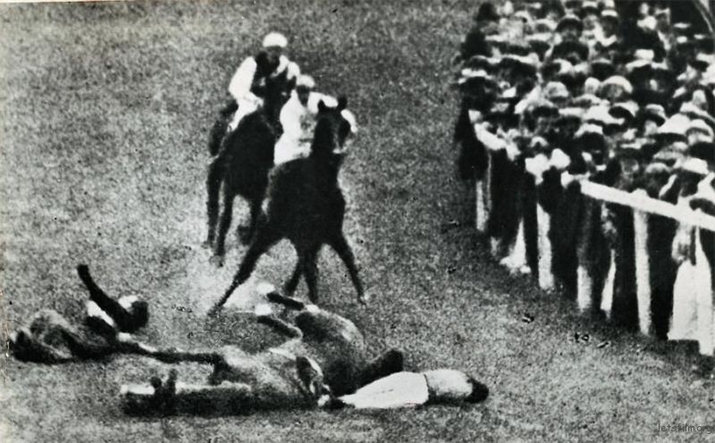 Emily Davison 不幸被英王 乔治五世 的马踢伤致死