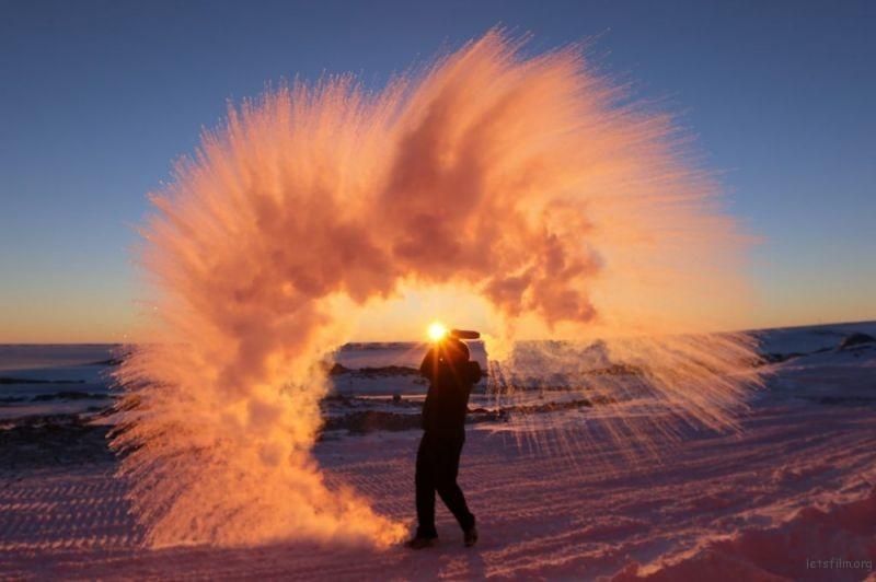 在极地,将热水洒向天空