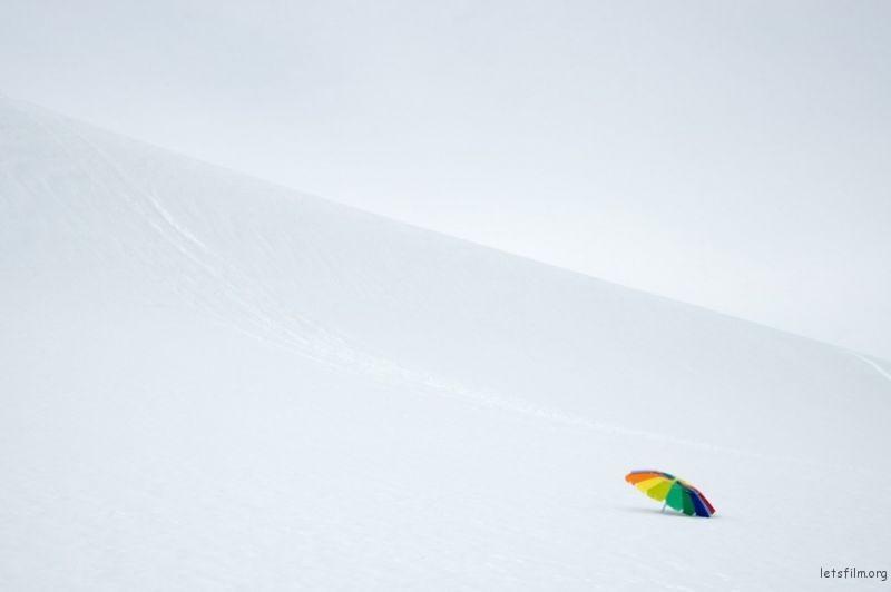 雪地里的彩虹伞