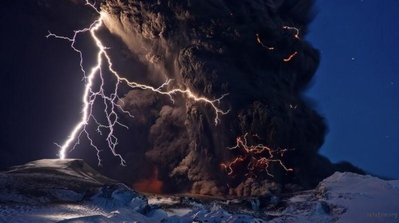 火山爆发瞬间
