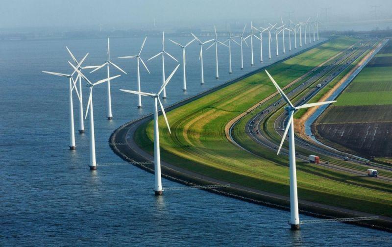 荷兰海岸线上的公路与风车