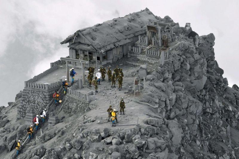 火山爆发后被火山灰覆盖的寺庙
