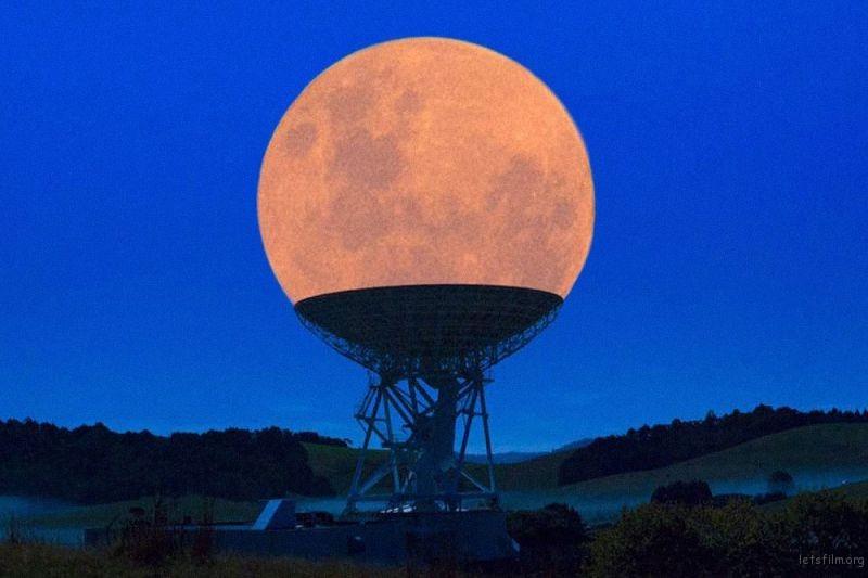 月亮刚好落在射电望远镜上