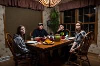 摄影师拜访不同的家庭,拍摄他们晚餐时的情景