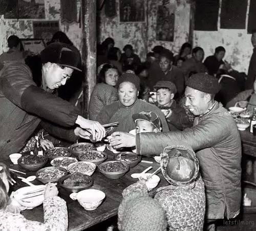 1959年南京栖霞区燕子矶公社食堂的年夜饭。