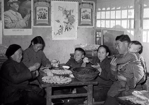 1962年,北京郊区农民包饺子过年。
