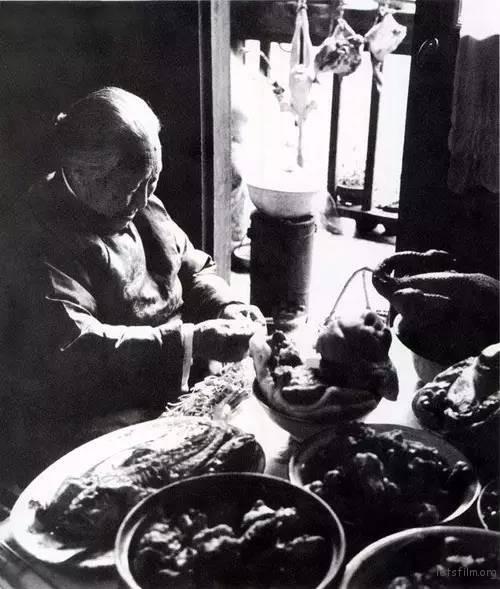 1979年北方农村置办年夜饭,小煤炉上炖着猪蹄子。