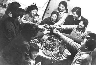 1982年,北京一家人共享丰盛的年夜饭。