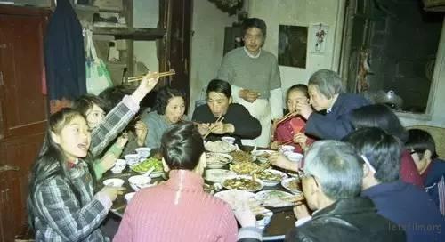 90年代杭州人家里的年夜饭,一家大子人热闹,年味更浓。