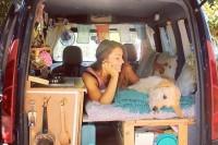 自由是独立女生最好的礼物,她自己改装面包车带着爱犬环游世界