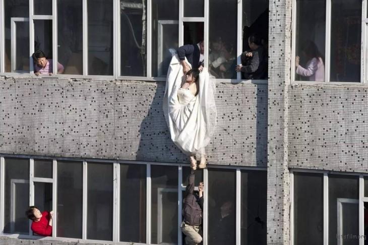 第 55 届荷赛奖突发新闻单幅三等奖  李杨「拯救跳楼新娘」