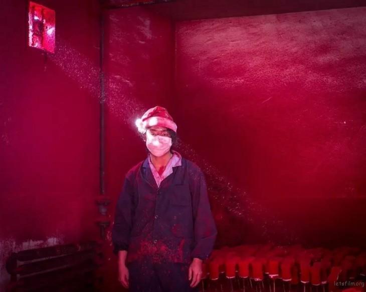 第 58 届荷赛奖当代问题类单幅二等奖  陈荣辉「圣诞工厂」