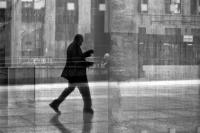 如何让街头摄影质感提升?窗户或许是你的好帮手