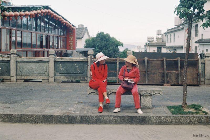 古城旁的红衣妇女
