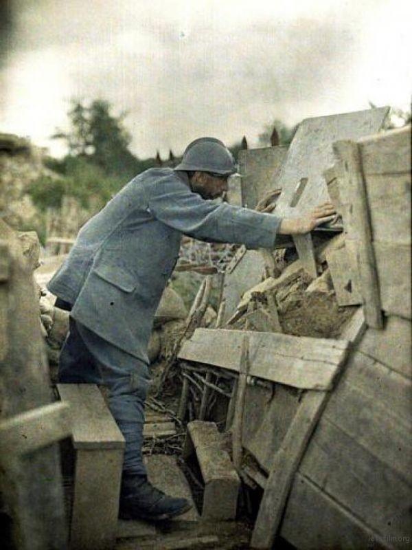 法国军人在一战战场上,使用天然彩色相片技术在1917年拍摄的一张彩照