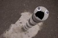 他将呆萌的小眼睛贴在路边的破损物体上,竟让它们都「活」了