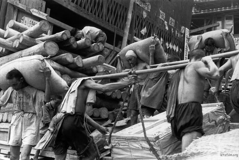 上海码头,搬运货物的工人