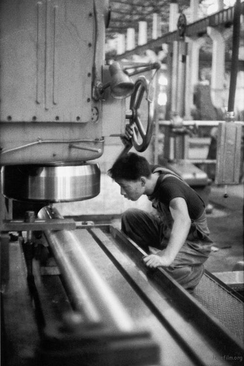 武汉重型设备加工厂的工人