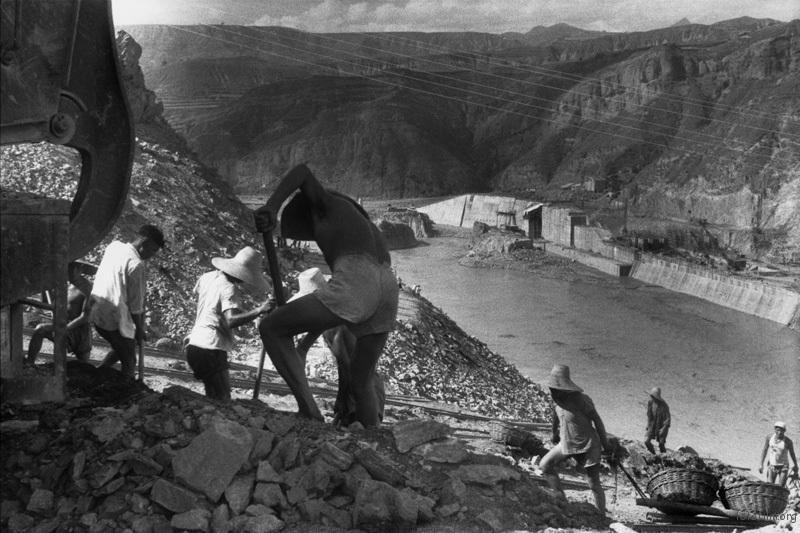 修建三门峡水电站的人们