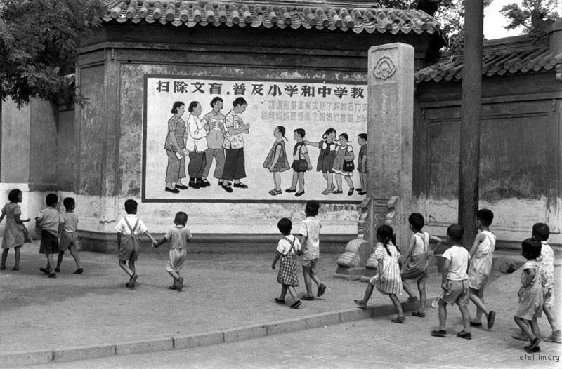 北京街头,小朋友们参观学习