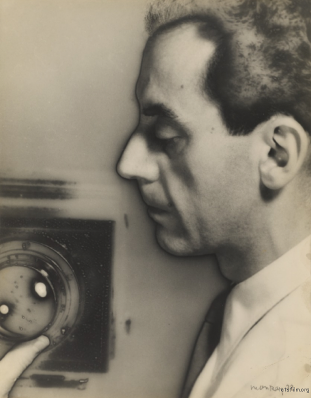 和相机的自拍. 1932 Man Ray (Image via J. Paul Getty Museum)