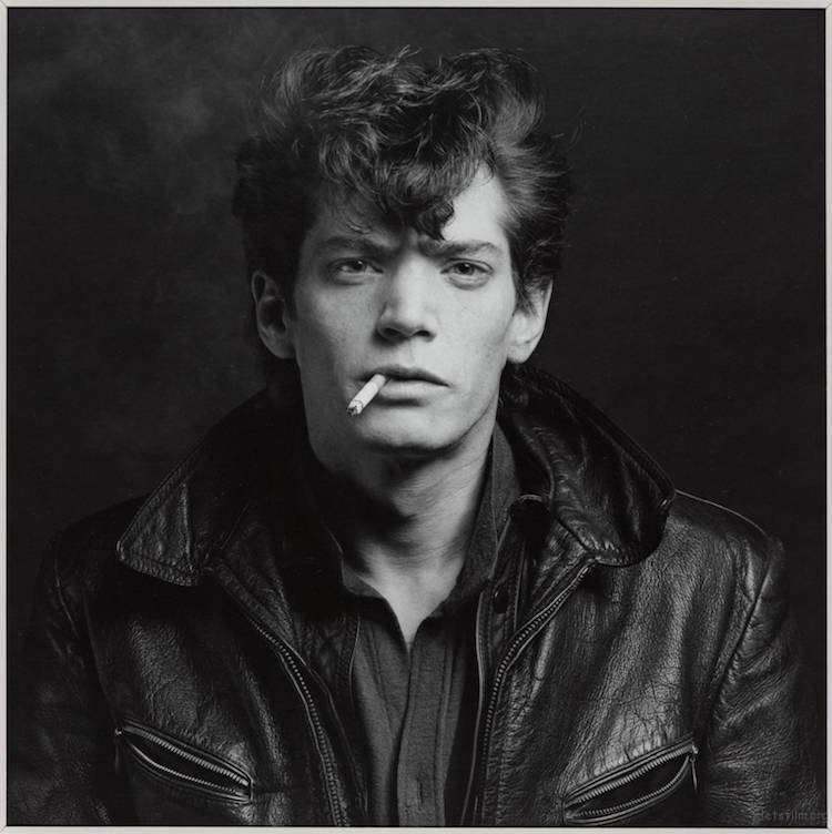自拍 1980, 印刷于 1999 Robert Mapplethorpe (Image via Tate and National Galleries of Scotland)