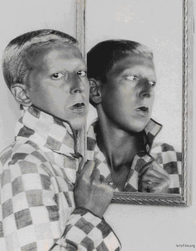自拍. 1928-1930 Claude Cahun (Image via Zabriskie Gallery)