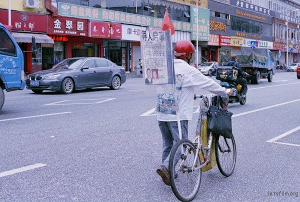 孤独的寻亲者漫无目的的游荡在大街小巷