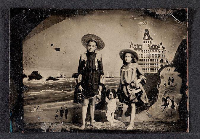 旧金山两个站在背景板前的女孩,于大约 1900 年拍摄,Via Wikipedia