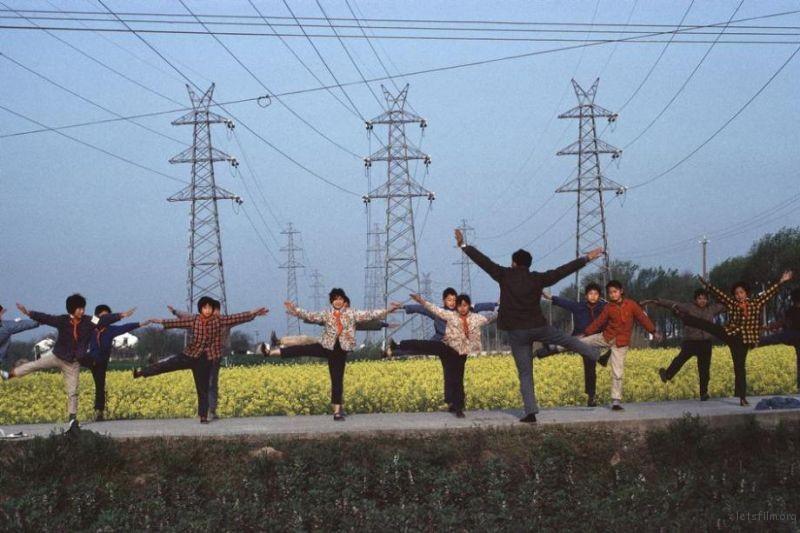 上海郊区,一名老师正带领学生做操