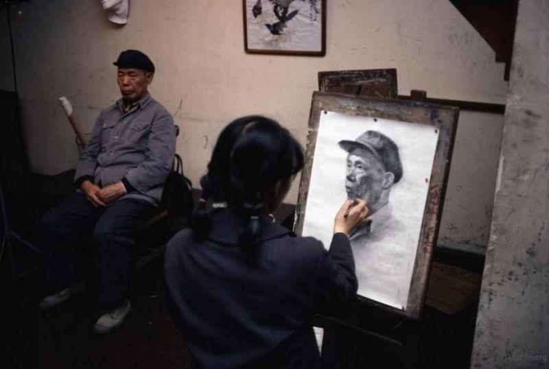 一名女工正在夜校学习绘画
