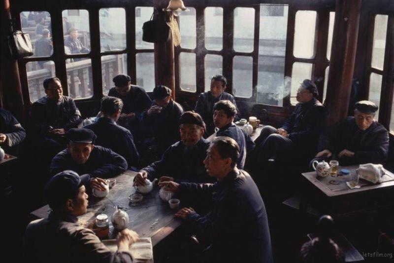 一些老人聚在豫园里的茶馆里聊天
