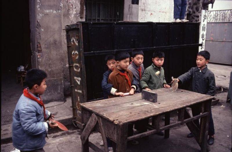 上海工人聚居区,职工子弟用废旧桌子打乒乓球