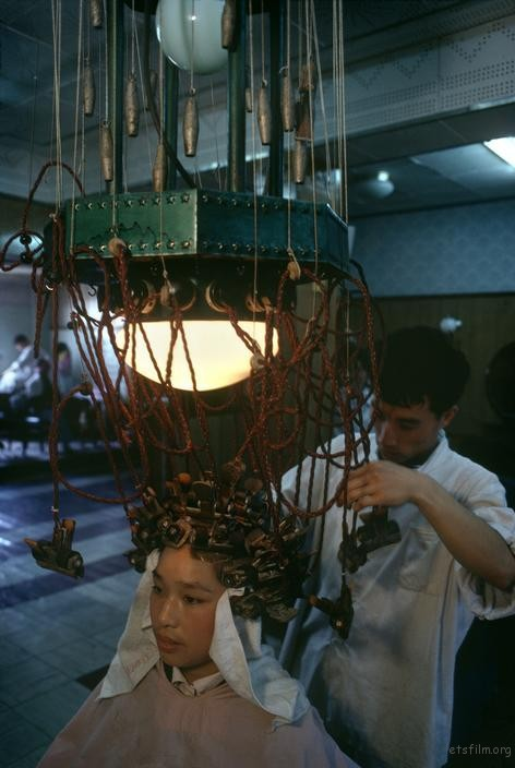 一位女子正在美发店做卷发