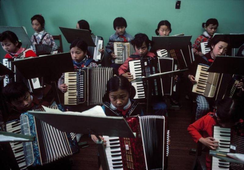 儿童们在少年宫练习手风琴